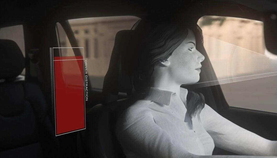 <strong>FARLIG UOPPMERKSOM:</strong> Når kameraet avslører at du er farlig uoppmerksom eller i ferd med å sovne bak rattet, vil bilen varsle deg, senke farten eller stoppe. Illustrasjonsfoto: Volvo.