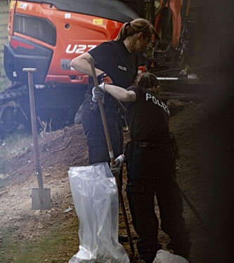 SØK: Det graves med både spader og gravemaskin på stedet. Foto: Peter Steffen / DPA / AP / NTB scanpix