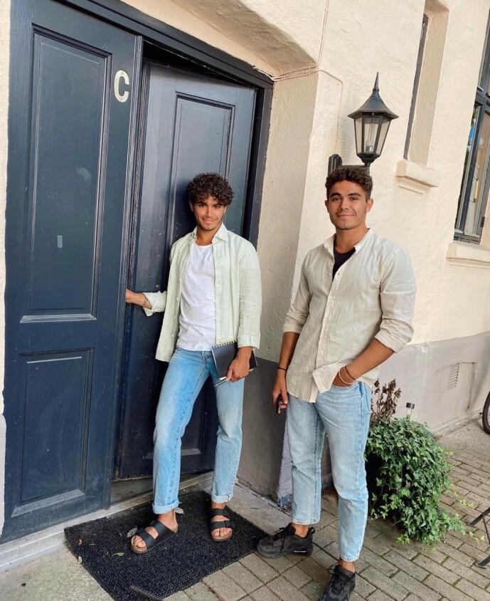 BOLIGEIERE: Emil og Silas Massa Vasstrand utenfor sin nye leilighet. Foto: Privat