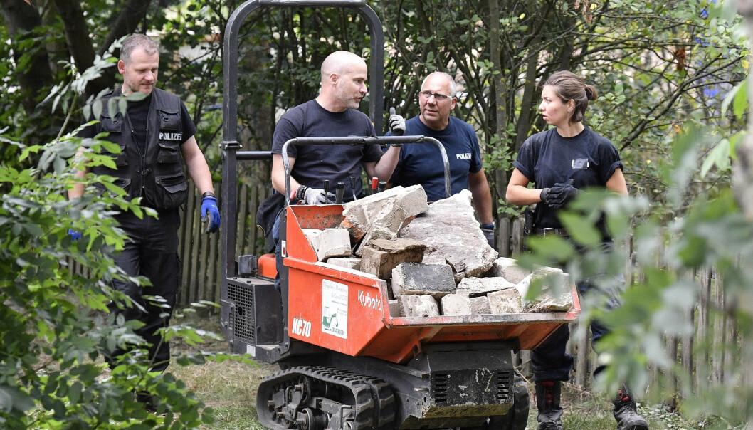 OMFATTENDE: Store mengder stein ble kjørt vekk fra området politiet undersøker. Det er også fjernet flere trært og busker. Foto: Martin Meissner / AP / NTB Scanpix