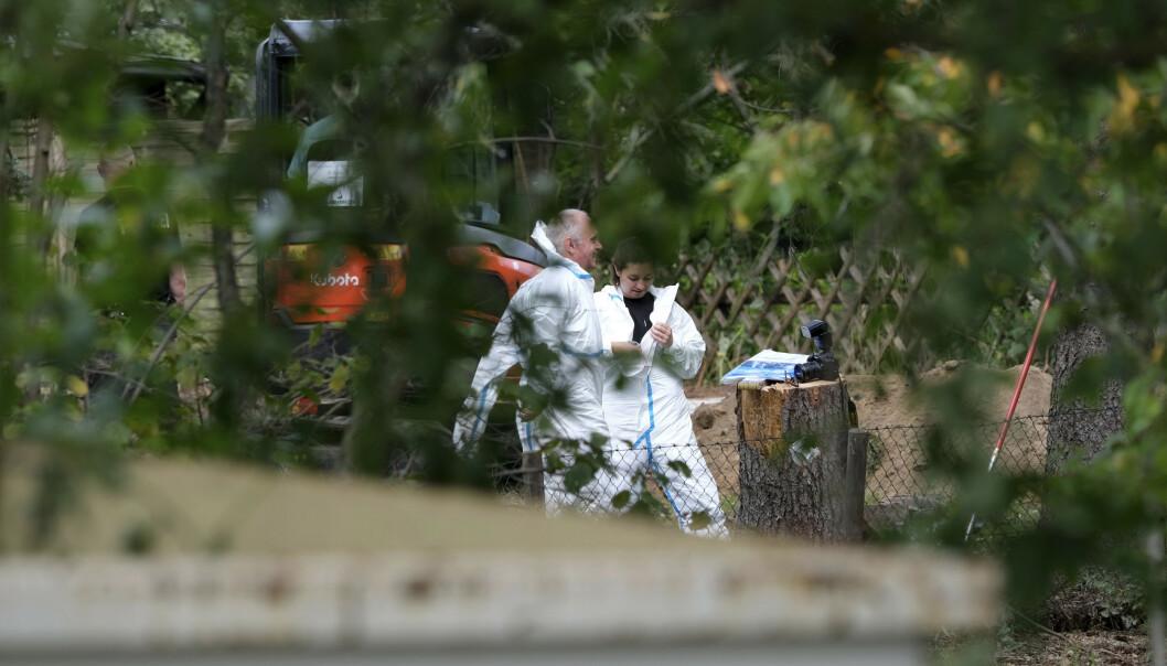 SKAL HA STÅTT TOM: Politi i hvite drakter på stedet der politiet undersøker en kolonihage i forbindelse med Maddie-saken tirsdag. Ifølge en nabo har hagen ha stått ubrukt i flere år. Foto: Peter Steffen / DPA / AP / NTB scanpix