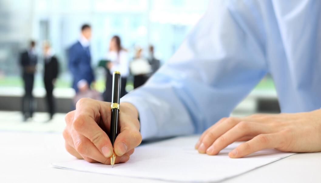 <strong>SIGNERT:</strong> Høyere lønn kan virke svært attraktivt, og potensielt sette nåværende arbeidsplass i «dårlig lys», men det er mer enn lønn å hente fra arbeidsgiver. Derfor bør du sjekke noen andre deler av arbeidsforholdet ditt også, før du bestemmer deg for jobb-bytte. Foto: Shutterstock/NTB Scanpix.