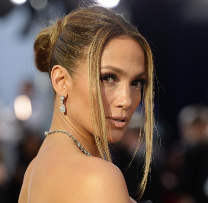 SAG AWARDS: Jennifer Lopez viser frem hårfrisyren hvor to seksjoner rammer inn ansiktet mens resten er samlet i en knute. Foto: NTB Scanpix