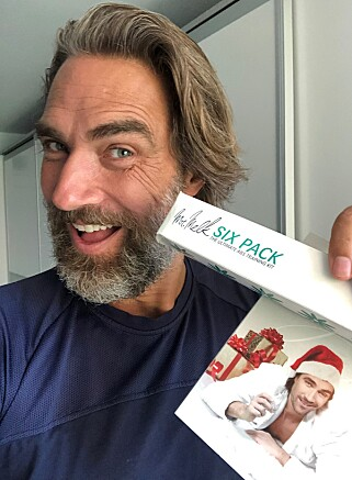 PRIVAT SAMLING: Lukas Hassel har fortsatt diverse Mr Melk-produkter liggende hjemme, blant annet bordtennisballer og julekort. Foto: privat.