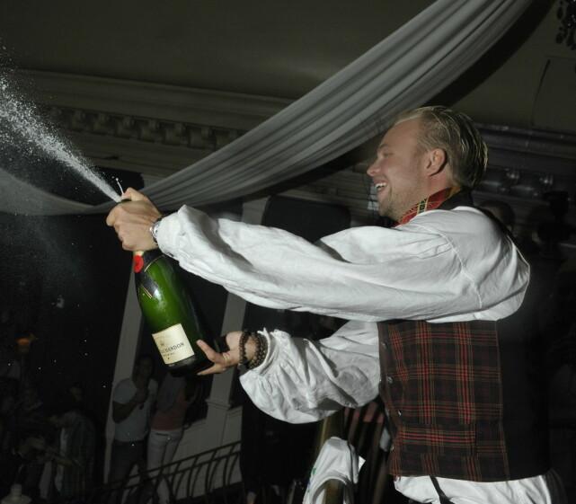 DEN GANG DA: 32-åringen sprettet champagneflaska da det ble klart at han var vinneren av «Paradise Hotel» i 2010. Finalefesten ble avholdt på Luux. Foto: John T. Pedersen / Dagbladet