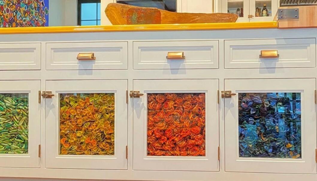FARGERIKT: Disse fire skapene, som oppbevarer farget pasta, splitter Hadid-fansen. Foto: Instagram