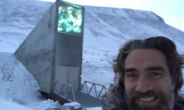 NORGESFERIE: Lukas Hassel utenfor frøhvelvet på Svalbard. Foto: privat.