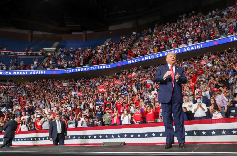 <strong>GJENNOMFØRTE MASSEMØTE:</strong> Donald Trump trosset rådene fra smittevernsekspertene og gjennomførte et massemøte i Tulsa i Oklahoma 20. juni. Møte ble en fiasko da langt færre enn ventet møtte fram. Foto: REUTERS/Leah Millis