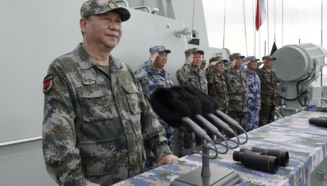 BYGGER UT STADIG MER: President Xi Jinping om bord på en kinesisk marineflåte i Sør-Kinahavet i april. Foto: Li Gang / Xinhua / AP / NTB scanpix