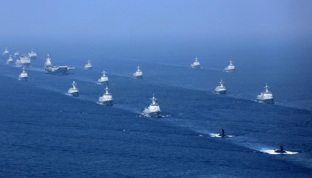 ØVER: Det kinesiske hangarskipet Liaoning følges av fregatter og ubåter under en øvelse i Sør-Kinahavet i april. Foto: Li Gang /AP