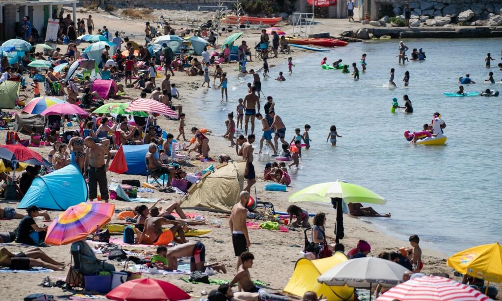 GRØNNE LAND: Feriereiser er vanskelig å forsvare, også til grønne land, skriver artikkelforfatteren. Her fra en strand i Marseille i Frankrike denne uka. Foto: AFP Photo / NTB Scanpix