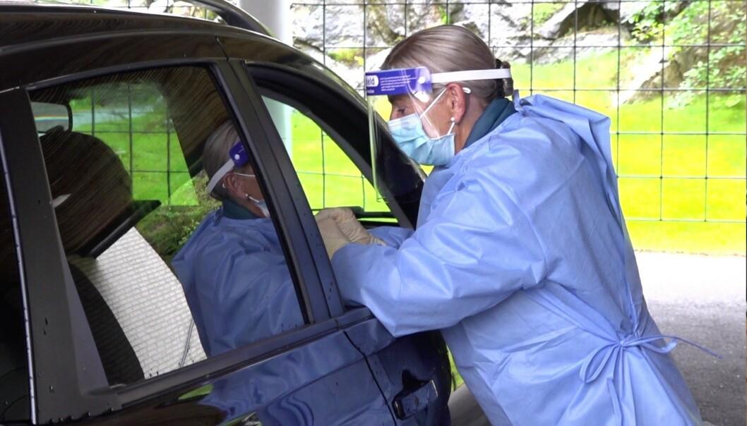 DRIVE-IN: Bilene sto i kø da Dagbladet besøkte coronalegevakten i Moss. Her blir en innbygger testet for covid-19. Foto: Christian Wehus / Dagbladet