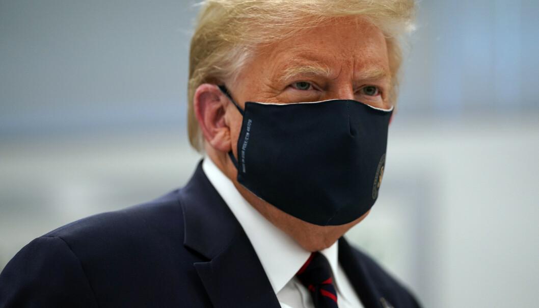 KAN VÆRE KJØRT: Trump har fått krass kritikk for sin håndtering av coronapandemien, og mange mener løpet kan være kjørt. Tidligere denne måneden gikk han for første gang ut og anbefalte bruk av munnbind. Han nektet også lenge å bruke det selv. Her avbildet mandag denne uka. Foto: Evan Vucci / AP / NTB scanpix