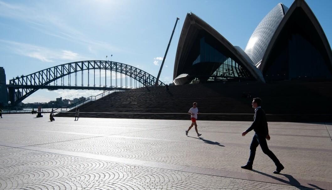 NESTEN TOMT: På grunn av svært få turister får Sydneys innbyggere den vanligvis svært så befolkede plassen foran operahuset i Sydney for seg selv. Foto: Speed Media / Shutterstock / NTB scanpix