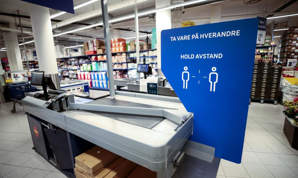 SMITTEVERN: Mange dagligvarebutikker har installert ekstra beskyttelse for kunder og ansatte, uten at innsenderen opplever at det hjelper. Foto: Lise Åserud / NTB scanpix