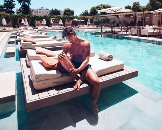 NYTER FERIEN: Morten Botten slapper av med late dager i Hellas, og sier til Se og Hør at greske myndigheter er strenge på smitteverntiltakene. Foto: Privat