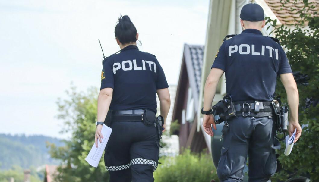 MISTENKELIG: Politiet gjennomførte en rundspørring i området i Verdal sentrum lørdag ettermiddag etter at en mann i 50-årene ble bekreftet død tidligere på morgenen. Politiet betegner dødsfallet som mistenkelig. Foto: Lars Lilleby Macedo / NTB scanpix