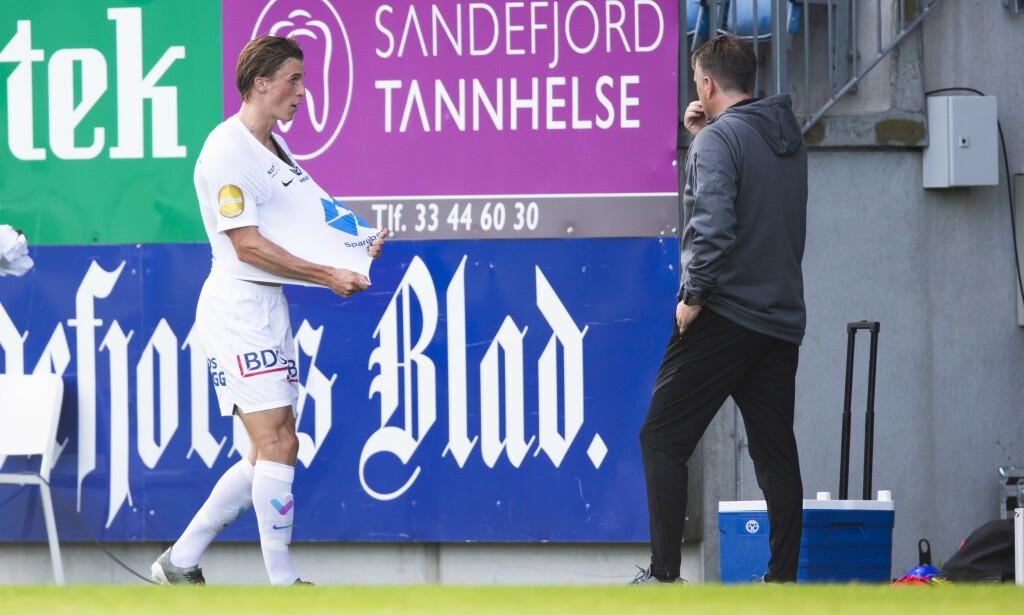 FRUSTRERT: Fredrik Sjølstad på vei ut av Sandefjord Arena. Foto: Trond Reidar Teigen / NTB Scanpix