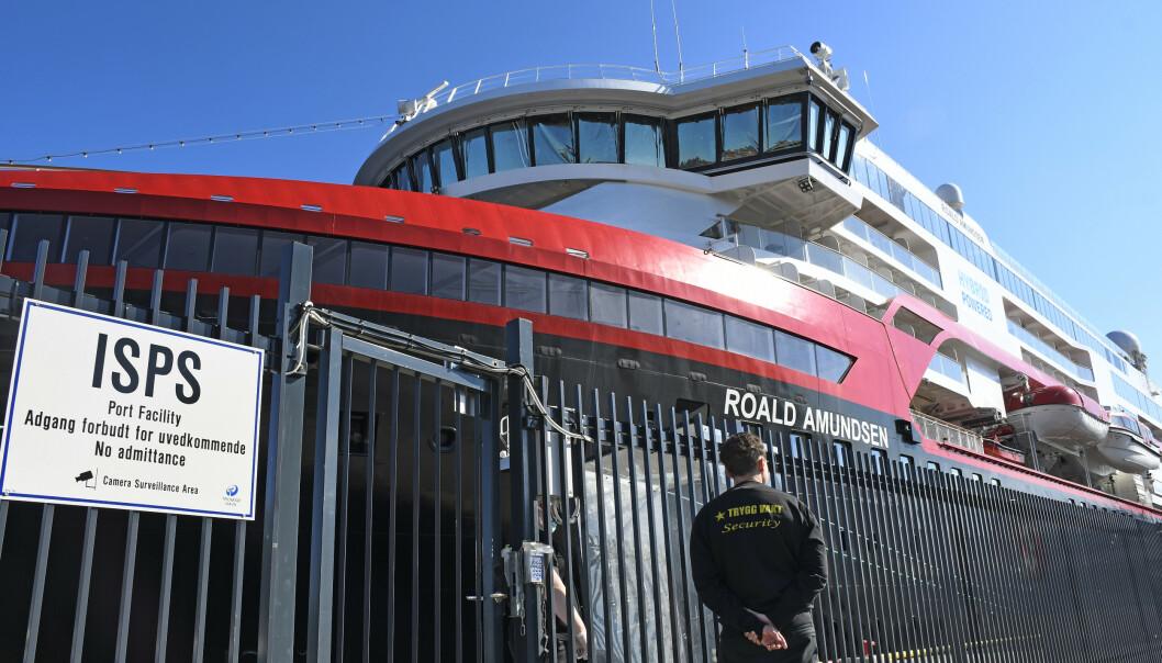 Fire utenlandske besetningsmedlemmer fra Hurtigruten-skipet Roald Amundsen er innlagt på sykehus i Tromsø med påvist coronasmitte. Her ligger skipet til kai i Tromsø. Foto: Rune Stoltz Bertinussen / NTB scanpix