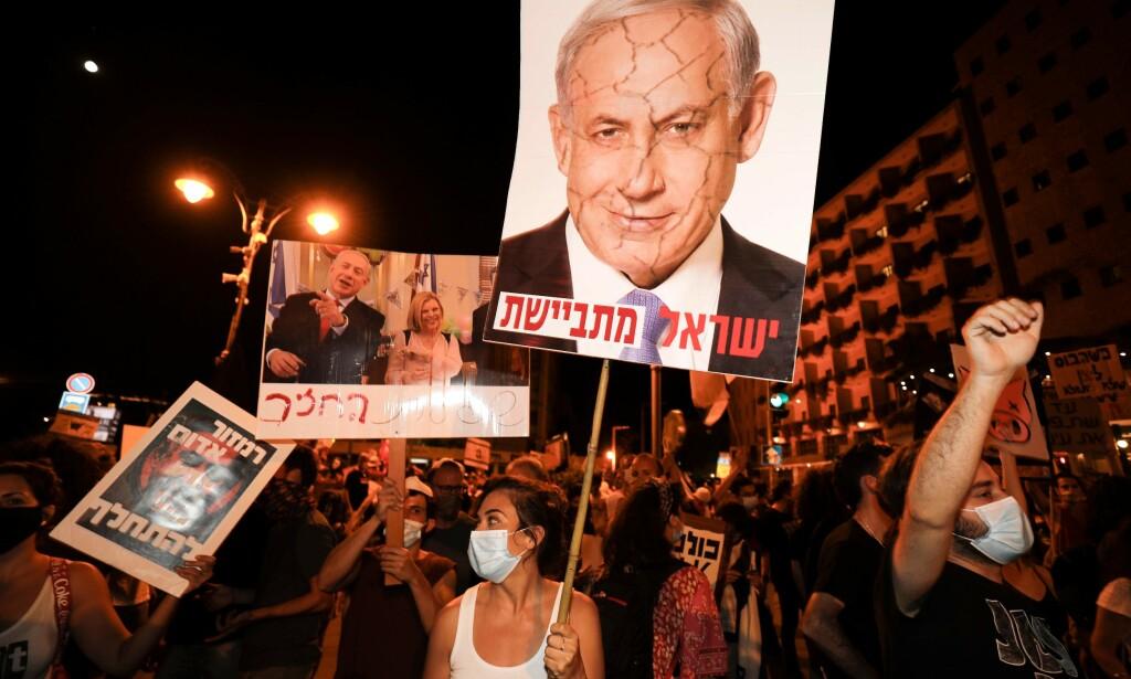 REAGERER: Israles statsminister Benjamin Netanyahu tar til motmæle mot demonstrasjonene mot ham den siste tiden. Foto: Menham Kahana / AFP / NTB Scanpix