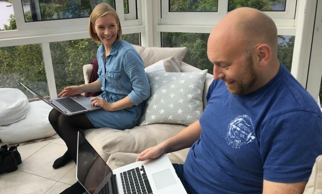 <strong>HYTTEKONTOR:</strong> Noen av oss må jobbe også når vi er på hytta, og da gjerne på PC via mobilnettet. Det kan fort bli dyrt om du ikke kjenner disse triksene. Foto: Bjørn Eirik Loftås