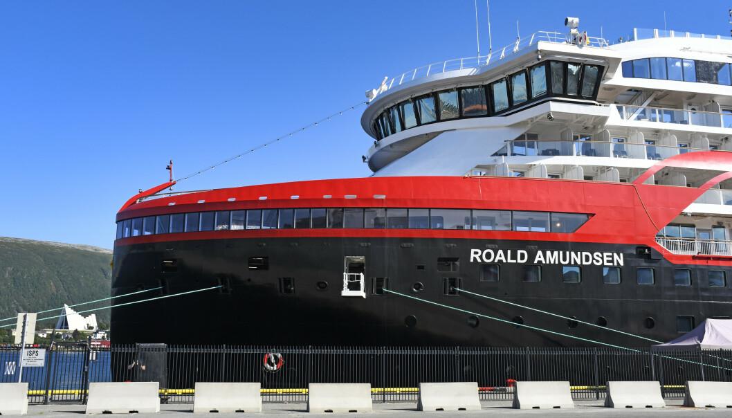 <strong>HURTIGRUTEN:</strong> Smitteutbruddet på Hurtigruten-seilasene kan ha skjedd gjennom ventilasjonsanlegg, mener professor. Her ligger skipet til kai i Tromsø. Foto: Rune Stoltz Bertinussen / NTB scanpix.