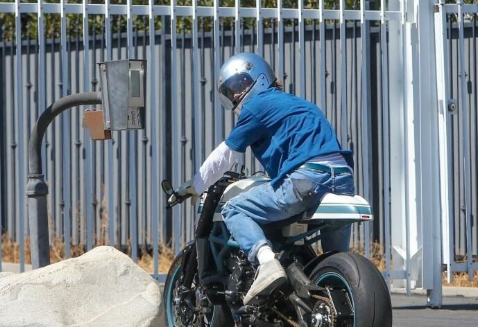 <strong>GJENFORENT:</strong> Brad Pitt på vei inn hos Angelina i hennes bolig i Los Feliz i Los Angeles 28. juli. Foto: NTB Scanpix