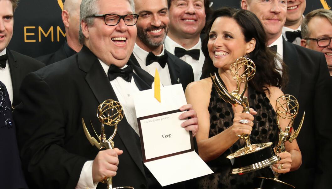 <strong>EMMY:</strong> David Mandel og Julia Louis-Dreyfus avbildet med flere Emmy-priser i 2016. Foto: Jim Smeal/REX