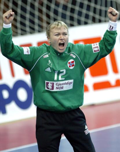 <strong>VERDENS BESTE:</strong> Cecilie Leganger har flere ganger blitt kåret til verdens beste håndballkeeper. Her da hun stod i mål for Norge i VM i 2003. Foto: NTB Scanpix