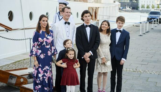 <strong>FEIRET BURSDAG:</strong> Prinsesse Marie og ektemannen, prins Joachim, sammen med barna, prins Henrik og prinsesse Athena i 18-årsdagen til prins Nikolai (i midten). Prins Nikolai og prins Felix er barn av prins Joachim og grevinne Alexandra (til høyre). Foto: NTB scanpix