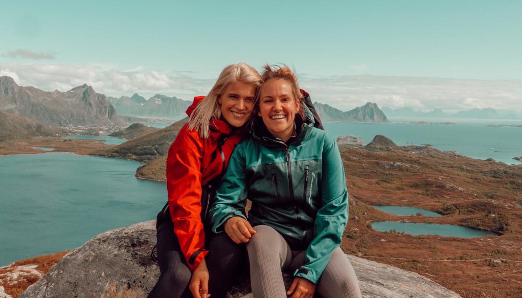 <strong>KJÆRESTER:</strong> Camilla og Julie trives svært godt i hverandres selskap. Her er de på topptur. Foto: Privat