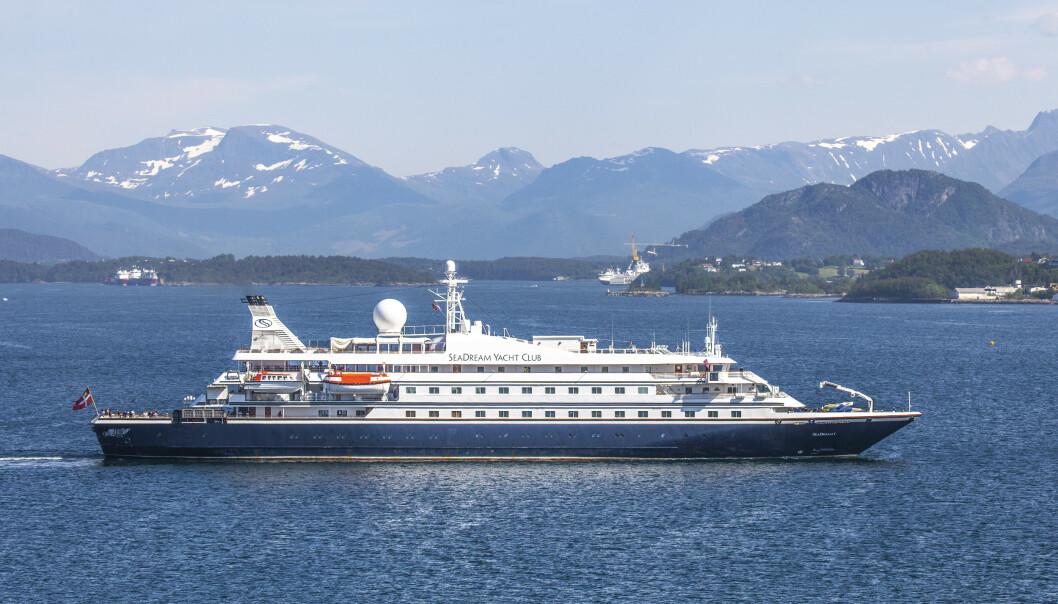 <strong>CORONA-STOPP:</strong> Cruiseskipet SeaDream1 på vei ut fra Ålesund 19. juni i år, også da etter stopp på grunn av corona-situasjonen. Foto: Halvard Alvik, NTB Scanpix.