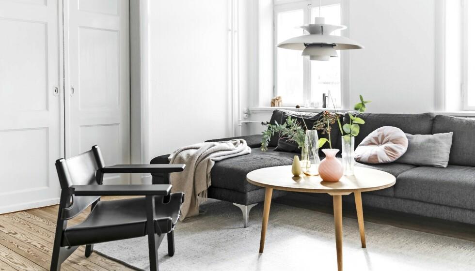 I stuen sørger en gruppe vaser fra Holmegaard og Iittala samt Murano-glass for fine farger i den enkle innredningen. PH-lampen er et gjenbruksfunn, sofaen er fra Ilva, og sofabordet er hjemmelaget. Den spanske stolen i svart er det eneste møbelet Camilla har kjøpt nytt. Tips! Velg klassiske kvalitetsmøbler, og kompletter med enkle loppefunn som vaser og boller for å skape liv og farge. FOTO: Another Studio