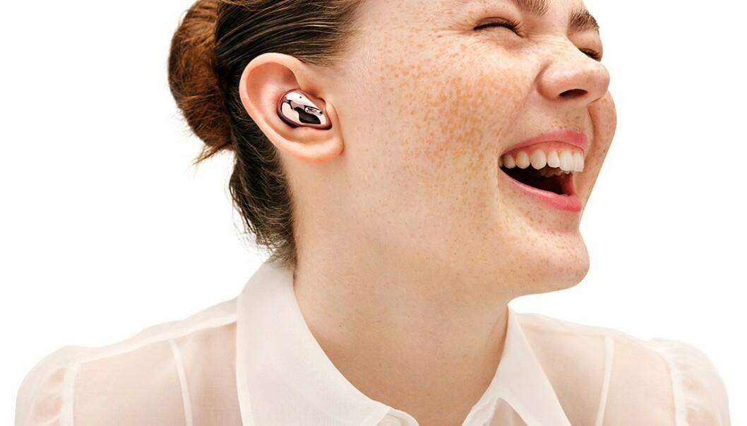 <strong>BLANKE:</strong> Buds Live fyller hele det ytre øret og har en svært så glossy finish skal vi tro bildene. Foto: Samsung