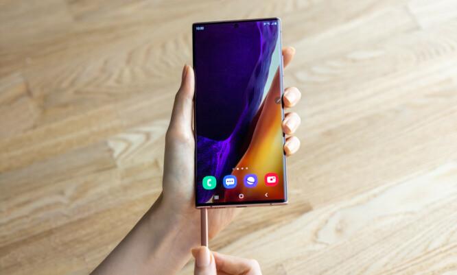 <strong>MED PENN:</strong> Samsungs S Pen skal være enda mer avansert enn før, blant annet med ny luftgester og lavere forsinkelse når du skriver og tegner med den. Foto: Samsung