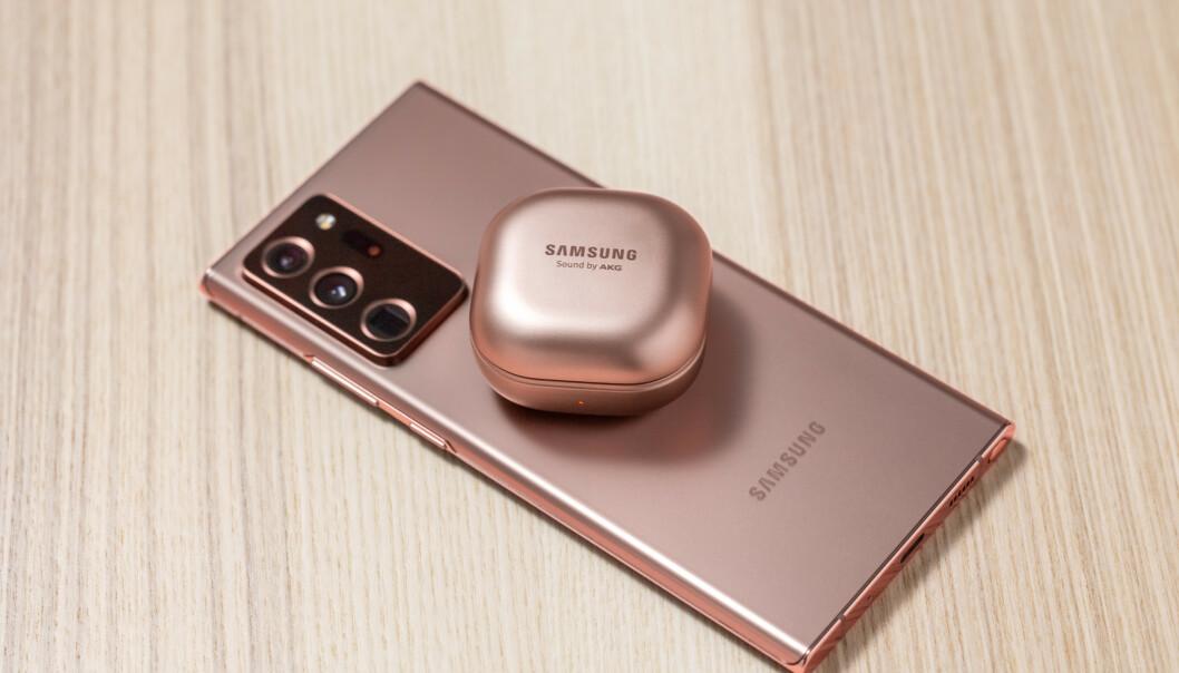 <strong>TRE KAMERAER:</strong> Ultravidvinkel, vanlig vidvinkel og teleobjektiv med 5x optisk zoom. Som på tidligere modeller kan man lade andre enheter trådløst fra baksiden. Foto: Samsung