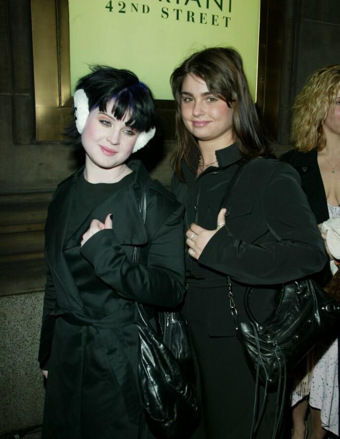 <strong>INGEN KONFLIKT:</strong> Osbourne-døtrene Kelly og Aimée er nære hverandre, selv om serien aldri ga det inntrykket. Her er de fotografert sammen i 2002. Foto: NTB Scanpix