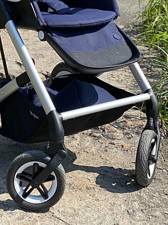 <strong>EKSTRA BENSTØTTE:</strong> Barnet skal også kunne plassere bena sine på den fremre stanga på selve chassiset. Foto: Kirsti Østvang