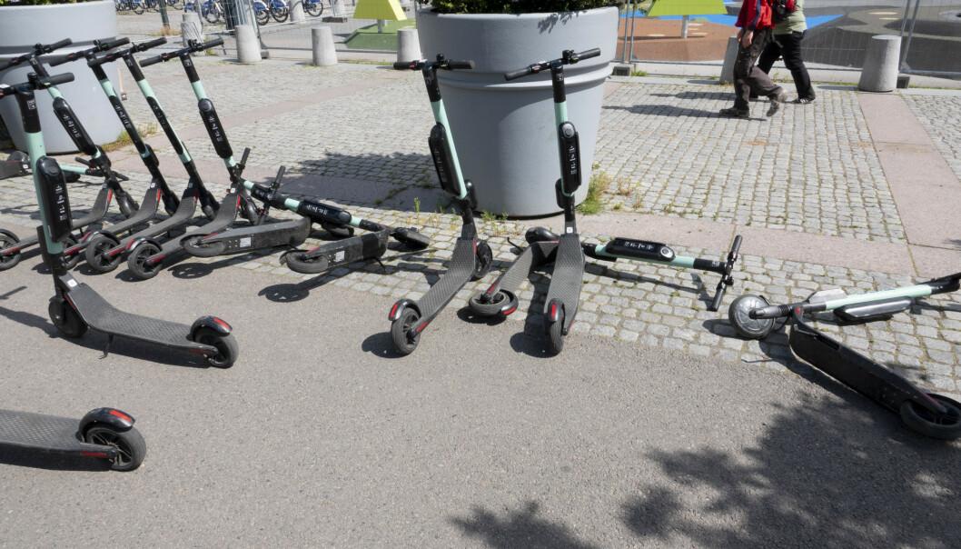 Elsparkesyklene regjerer i Oslo sentrum. De stadig flere aktørene plasserer elsparkesykler til utleie i flere norske byer. Elsparkesyklene leies ved at du scanner en app som først må lastes ned på mobilen din.  Foto: Geir Olsen/NTB Scanpix
