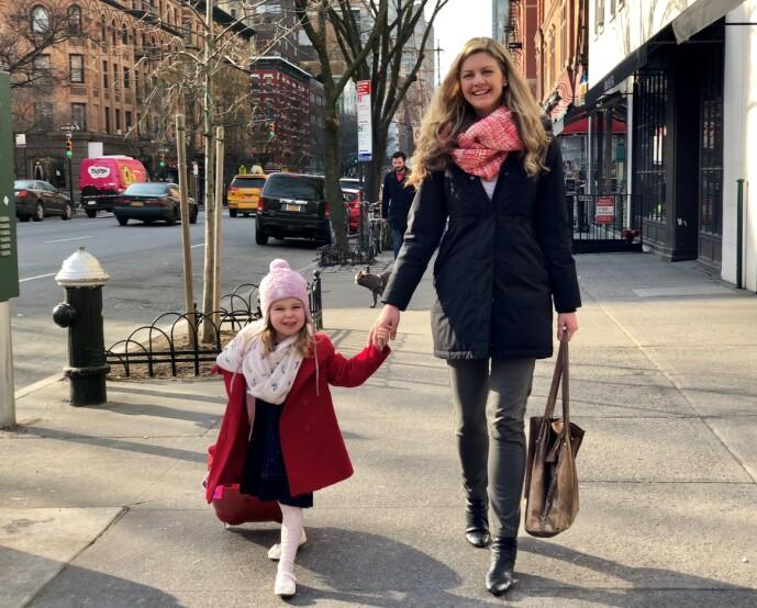 <strong>GOOD TIMES:</strong> Erin og mellomstejenta Anna på spasertur i New York. Anna var den første som kalte Erin for mamma. FOTO: Privat