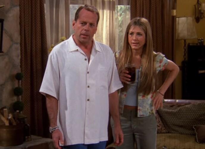<strong>HOLLYWOODSTJERNE:</strong> Bruce Willis var allerede en ettertraktet skuespiller da han gjestet «Friends». Her i episoden «The One Where Paul's the Man». Foto: Warner Bros.