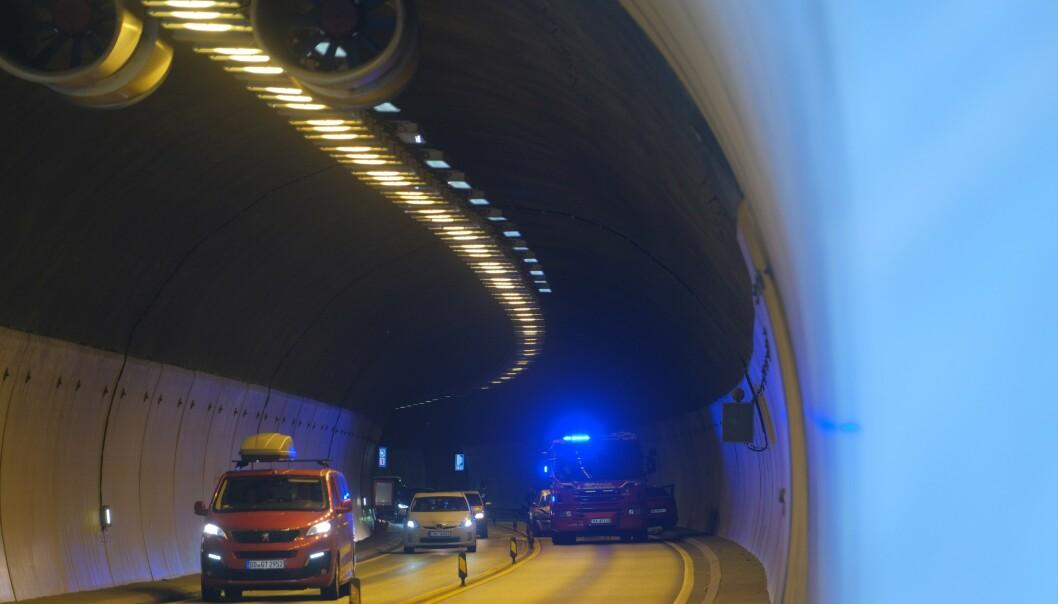 Trafikken passerer E18 gjennom Grimstadporten der det lørdag ettermiddag var en alvorlig trafikkulykke. To personer på en motorsykkel er hardt skadd, og ytterligere to biler var involvert i ulykken. Foto: Tor Erik Schrøder / NTB scanpix