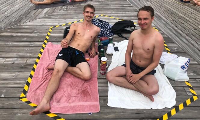 <strong>CORONASONE:</strong> Fredrik Gærne og Dennis Ongamo fikk kapret seg en coronasone på Sørenga. Foto: Mina Ridder-Nielsen Janssen / Dagbladet.