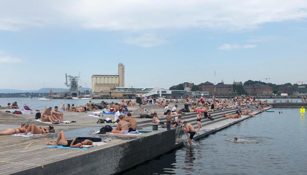 <strong>SØRENGA:</strong> Mange hadde tatt turen til Sørenga lørdag for å nyte finværet. Foto: Mina Ridder-Nielsen Janssen / Dagbladet.