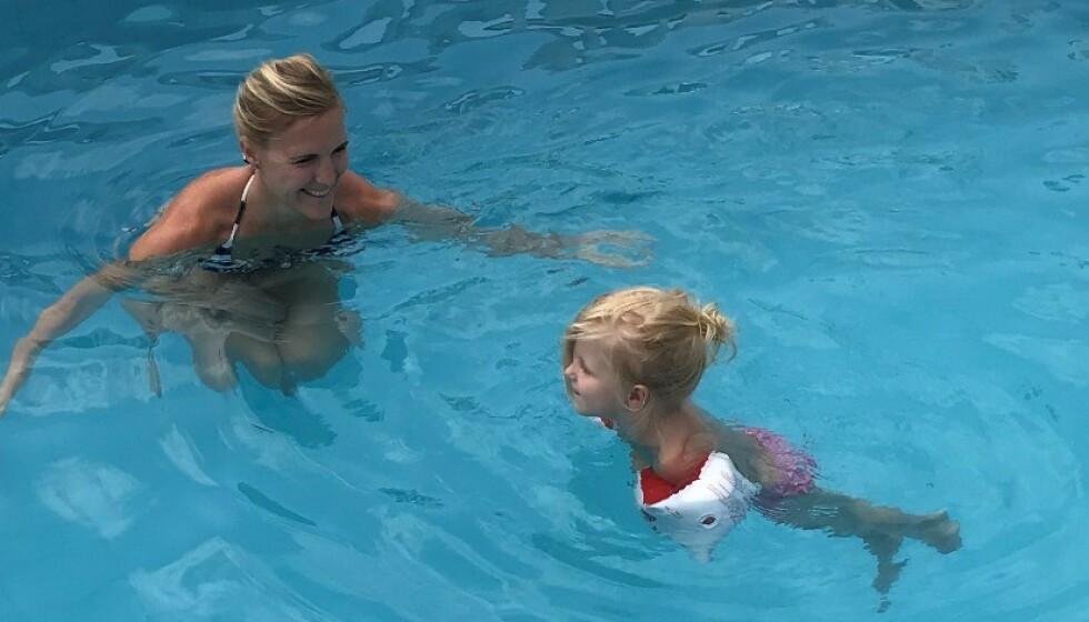 <strong>DRUKNING:</strong> Dette bildet er tatt samme dag som Madelen og mamma Benedikte kom tilbake fra sykehuset. Da ville treåringen rett ut i bassenget hun hoen dager i forveien hadde druknet i. FOTO: Privat