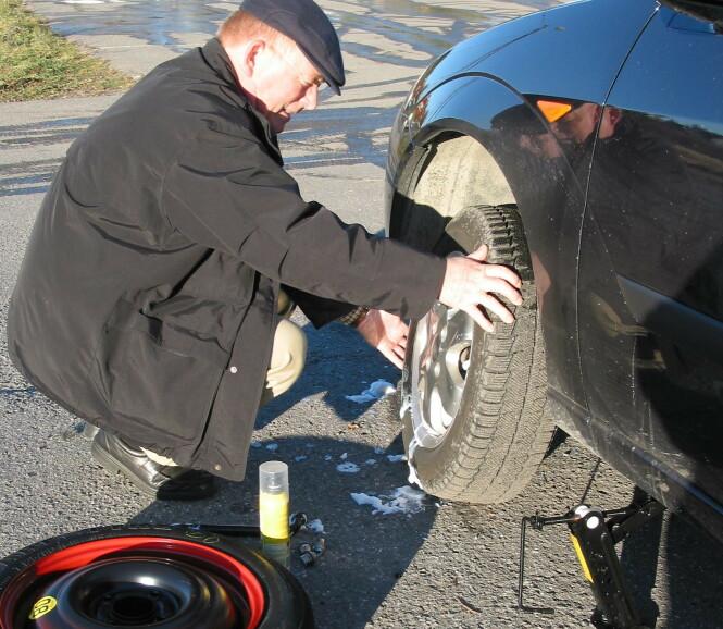 <strong>PUNKTERING ØKER:</strong> Nesten 250.000 av bilene som måtte få hjelp i 2019 hadde punktering. Mange biler har ikke reservehjul og da øker dette problemet betydelig. Foto: Rune Korsvoll