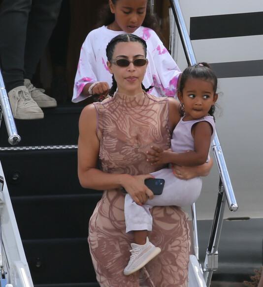 <strong>FAMILIEFERIE:</strong> Kim Kardashian og ektemannen Kanye West har vært på ferie i Karibia. Nylig landet de i Miami. Her stiger realityprofilen ut av et privatfly med sine to døtre. Foto: NTB Scanpix