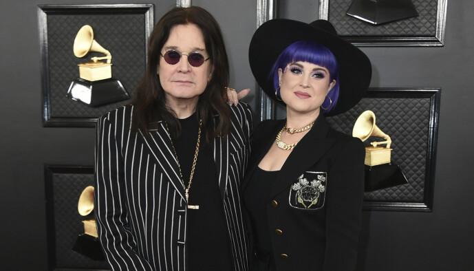 <strong>FAR OG DATTER:</strong> Kelly Osbourne er datter av rockestjernen Ozzy Osbourne. Her er de avbildet under Grammy-utdelingen i januar. Foto: NTB Scanpix