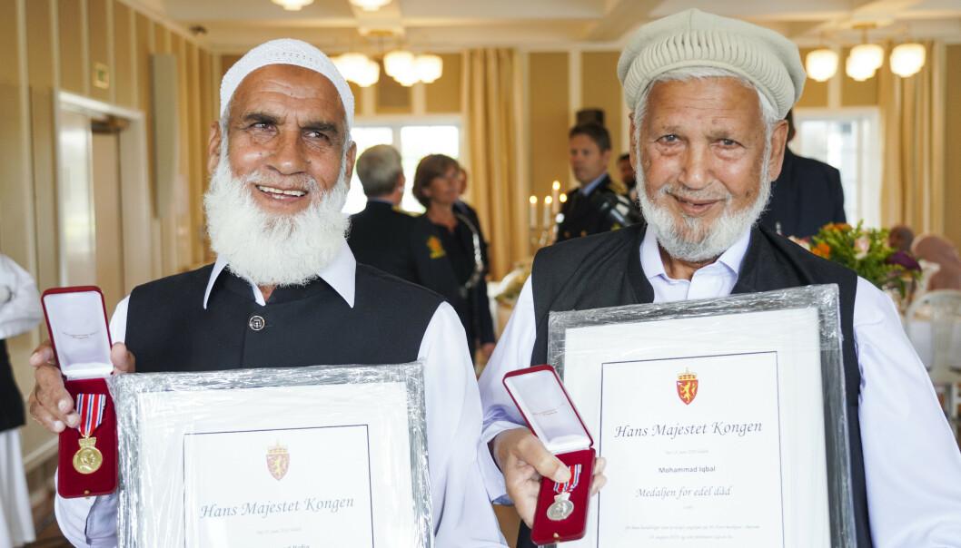 <strong>HEDRET:</strong> Muhammad Rafiq (t.v) og Mohammad Iqbal blir tildelt medaljen for edel dåd for sine handlinger under angrepet på Al-Noor moskeen. Foto: Ole Berg-Rusten / NTB scanpix