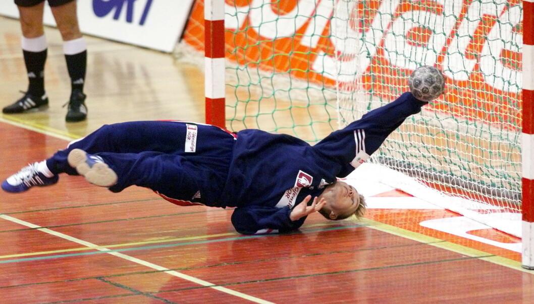 <strong>LYNRASK:</strong> Cecilie Leganger var en fryktet målvakt for motstanderne. Dagbladets fotograf Bjørn Langsem har vunnet flere priser for dette blinkskuddet. Foto: Bjørn Langsem/Dagbladet